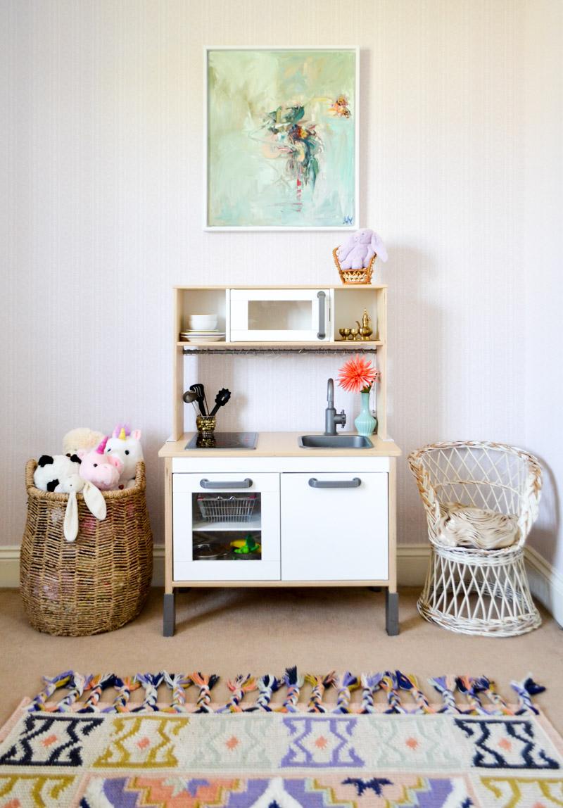 Global boho kids bedroom makeover - kitchen + rug + painting